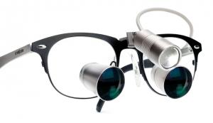 ExamVision Galilei med lupebrille med Icon ramme og Focus lys. Foto.